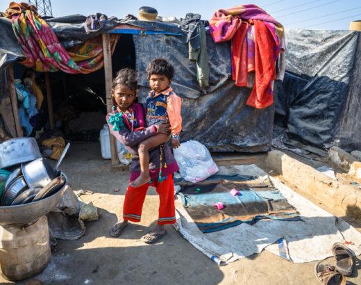India nomade: le condizioni di vita di un villaggio povero che vive lungo la strada