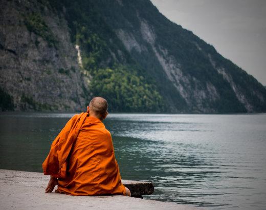 I monaci e la bella donna: un antico racconto buddista che ci insegna a lasciar andare